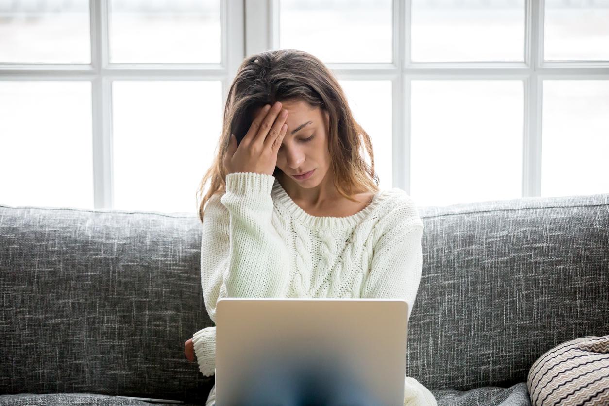 femme fatiguée sur son ordinateur