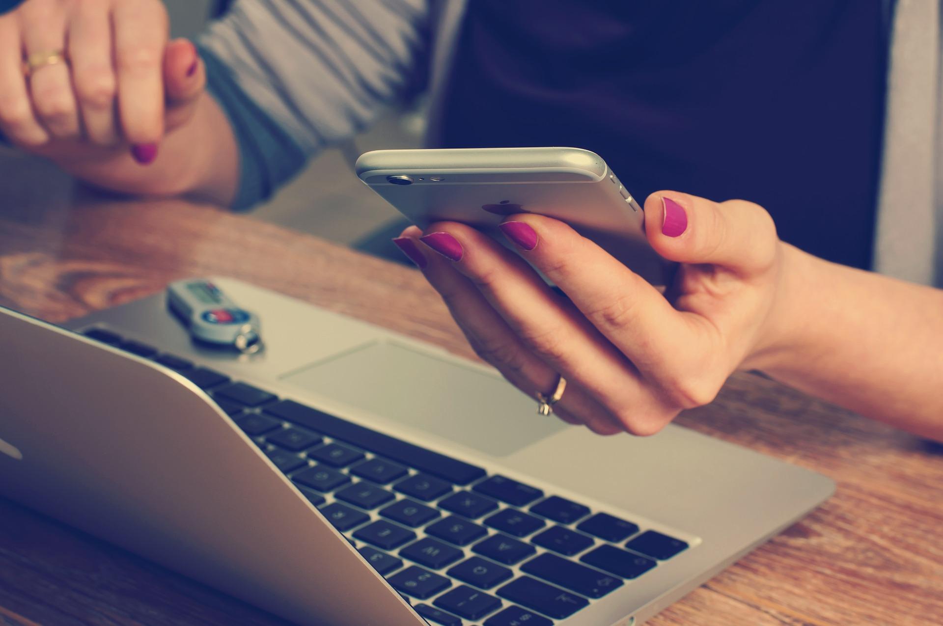 femme avec calculette devant ordinateur