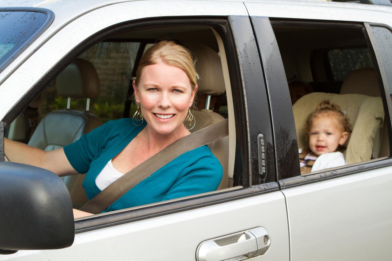 Femme en voiture avec bébé
