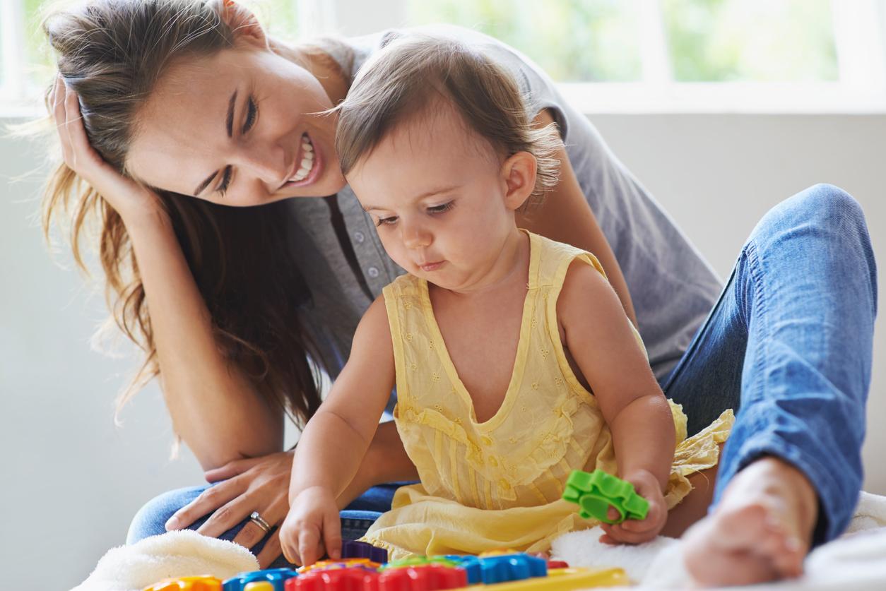 assistante maternelle avec petite fille