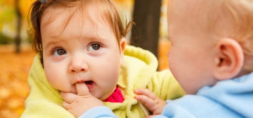 bébé qui mord le doigt d