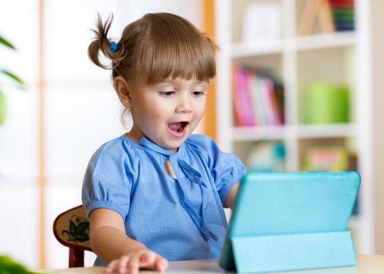 petite fille devant une tablette