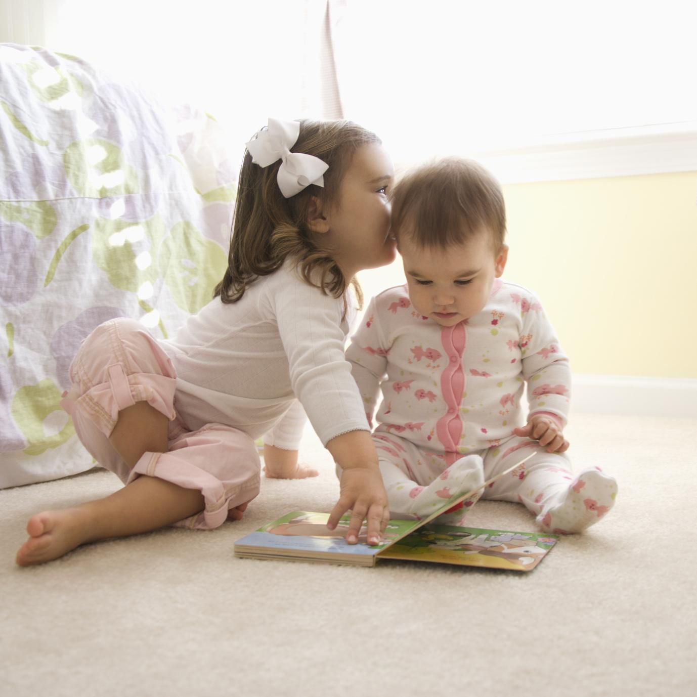 petite fille et bébé se parlent