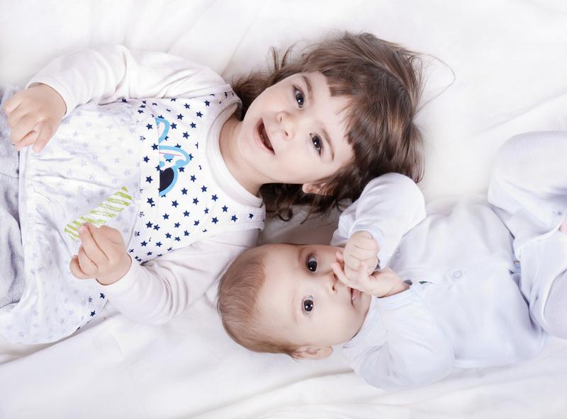 deux enfants couchés