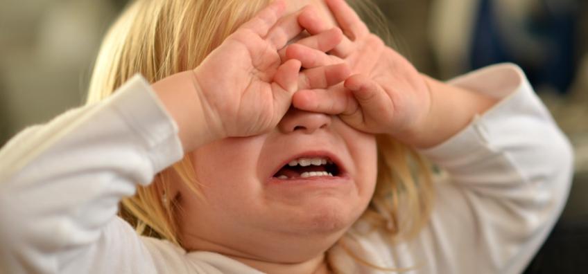 enfant qui a mal aux yeux