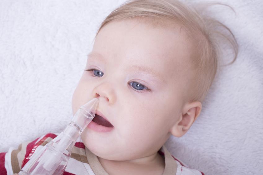 Bébé gouttes dans le nez