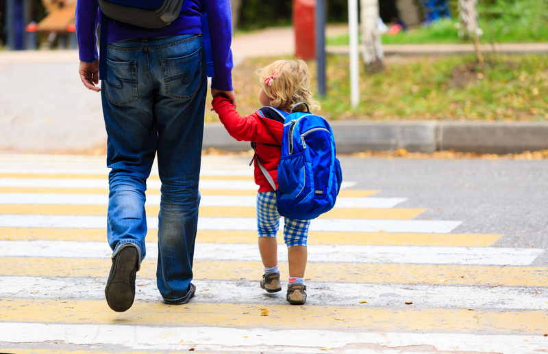 papa et enfant allant à l