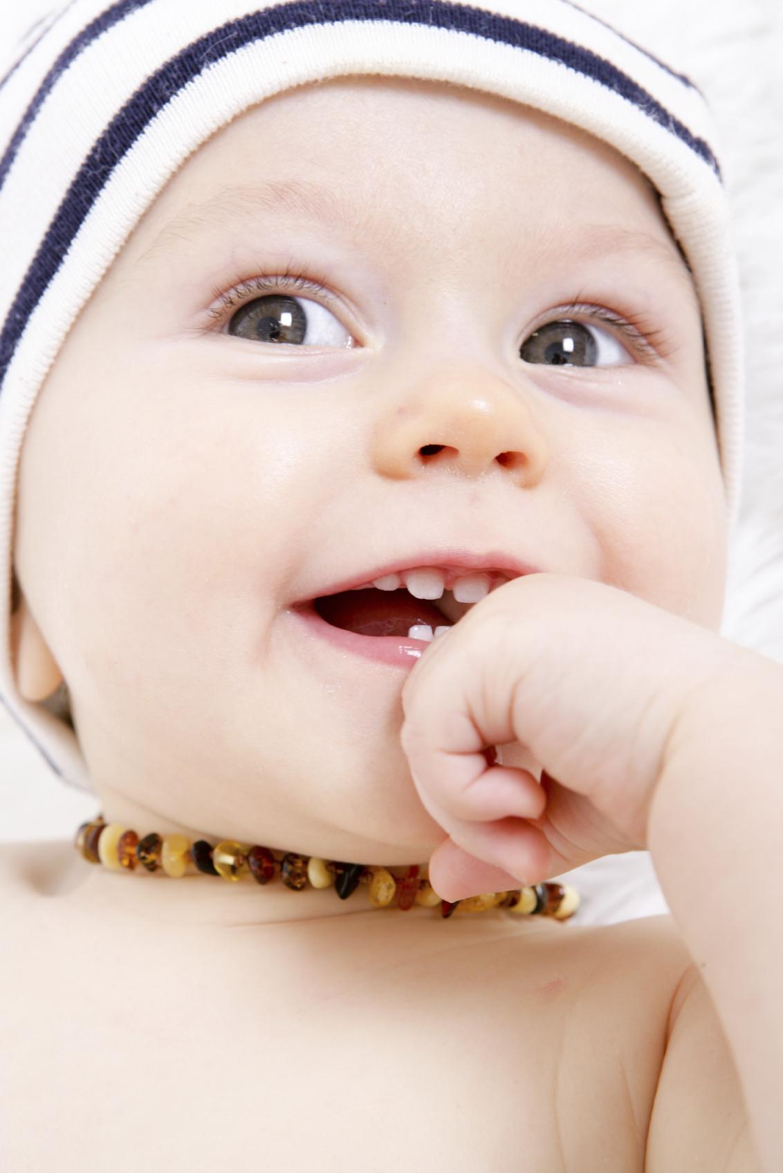 bébé avec un collier d