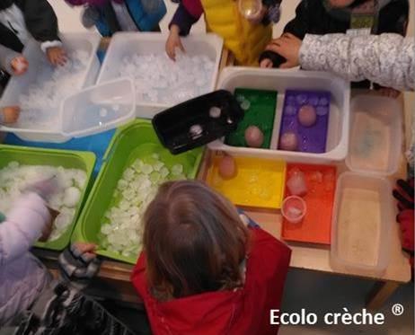 enfants qui jouent avec des glaçons