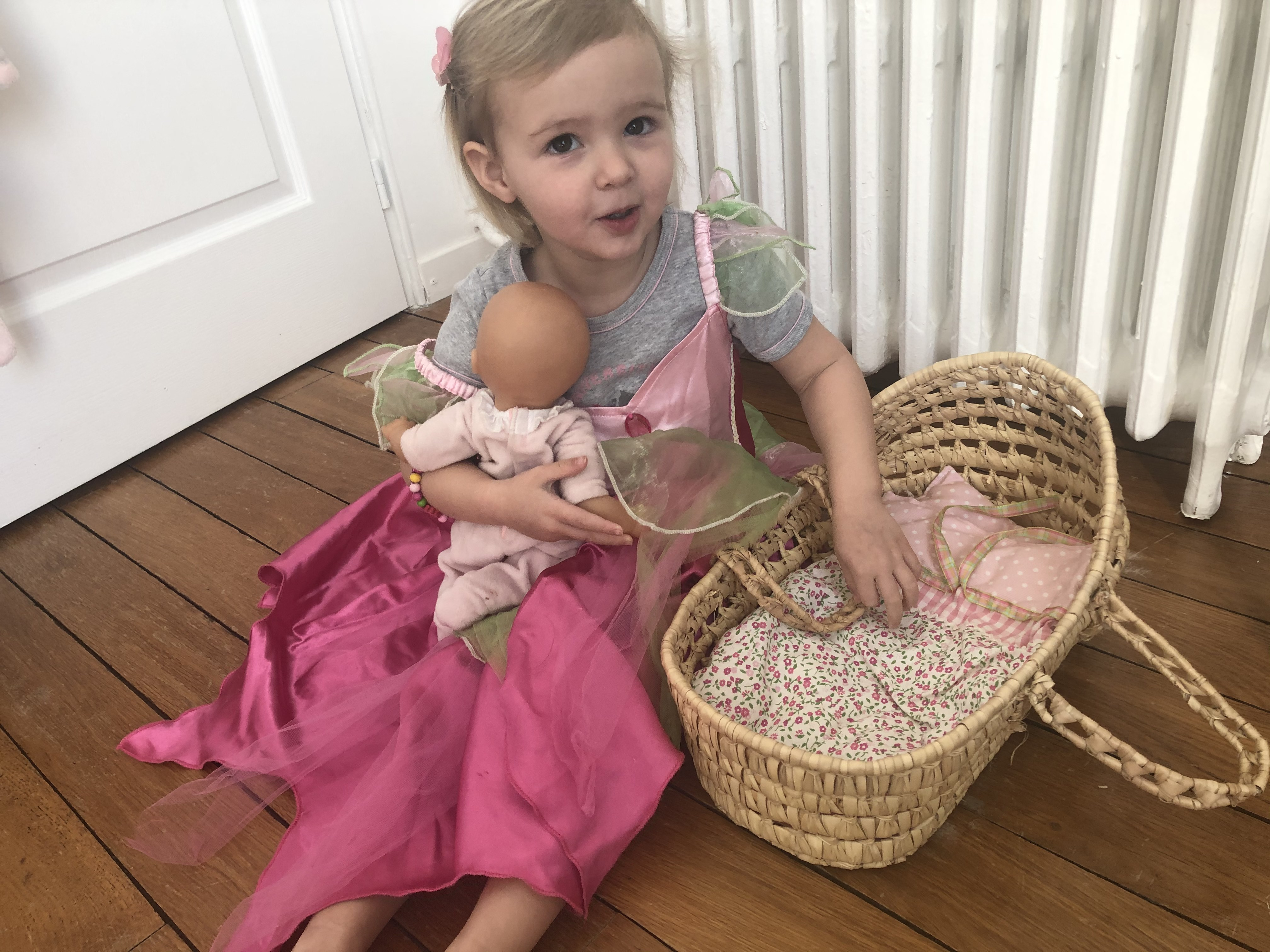 Petite fille avec poupon dans les bras