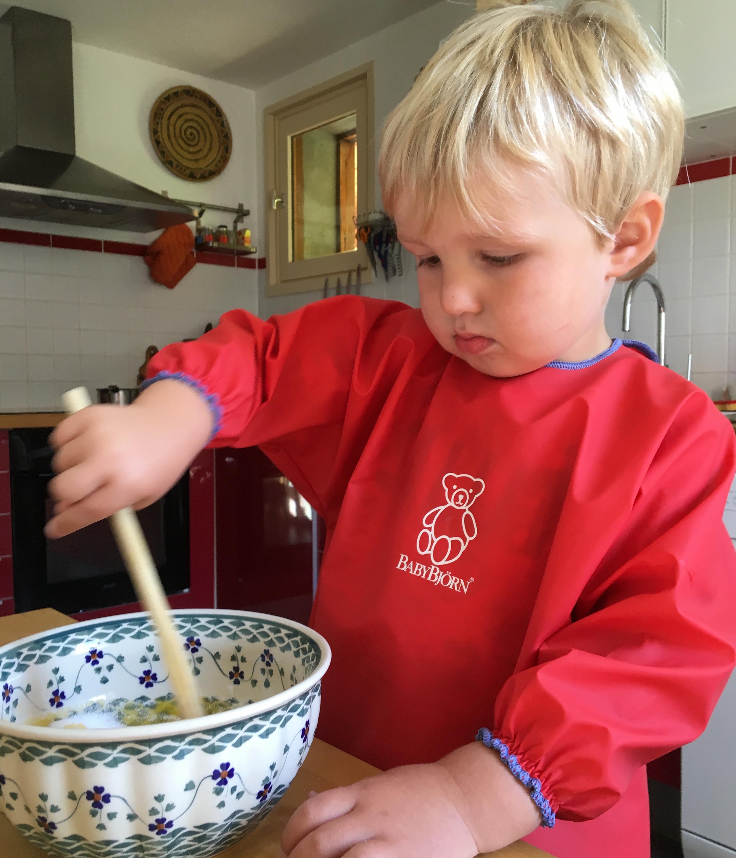 enfant prépare un gâteau
