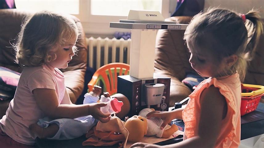 petites filles qui jouent à la poupée