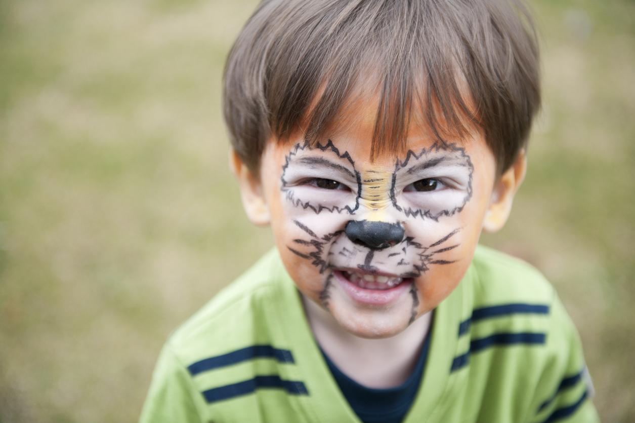 petit garçon maquillé en tigre
