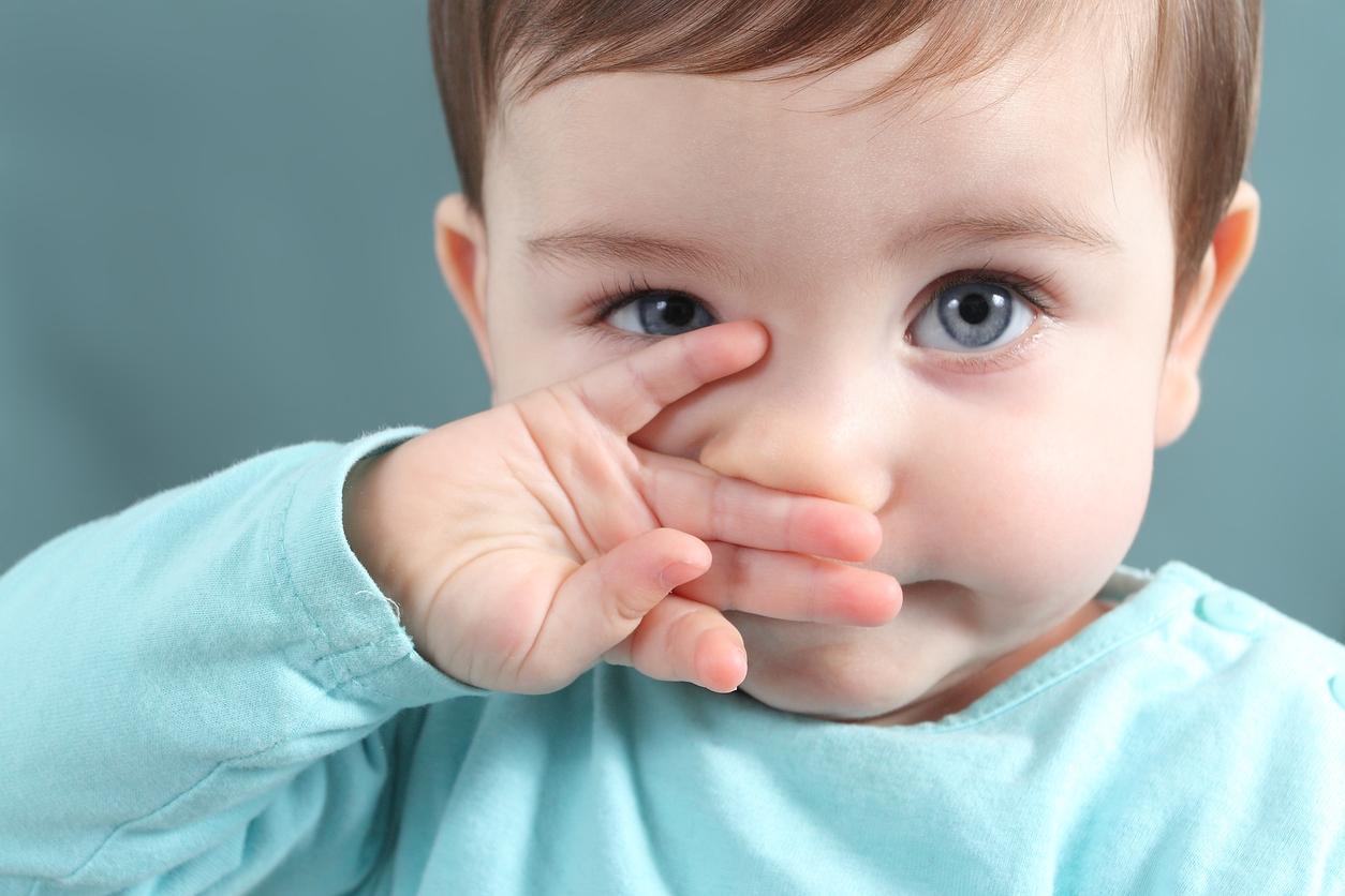 bébé main devant la bouche