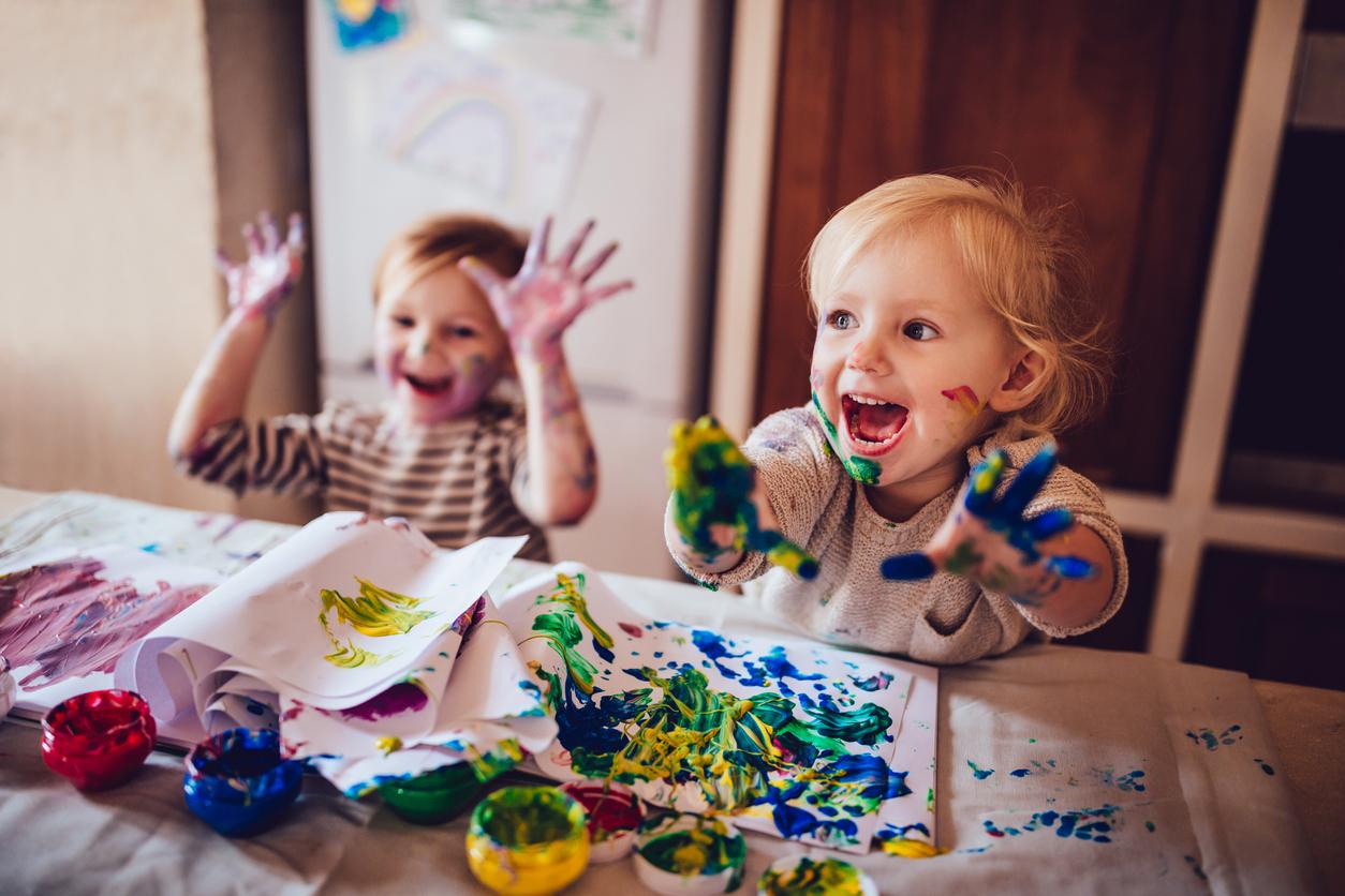 deuxw enfants font de la peinture