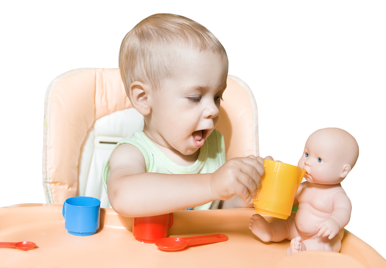 petit garçon fait boire son bébé