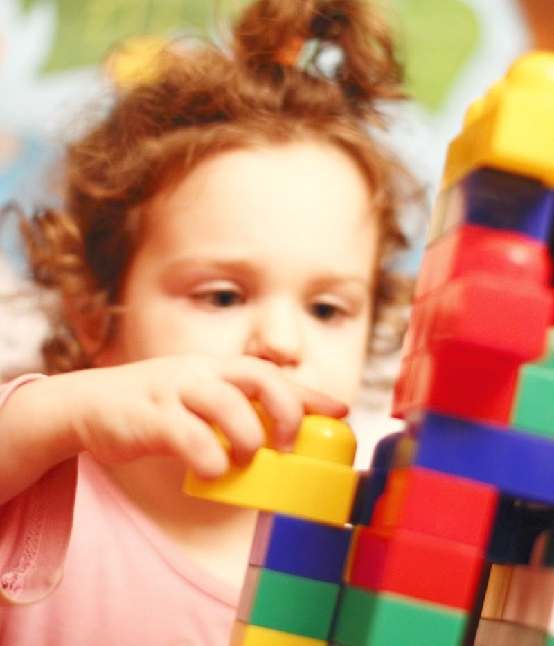 petite fille avec briques de construction
