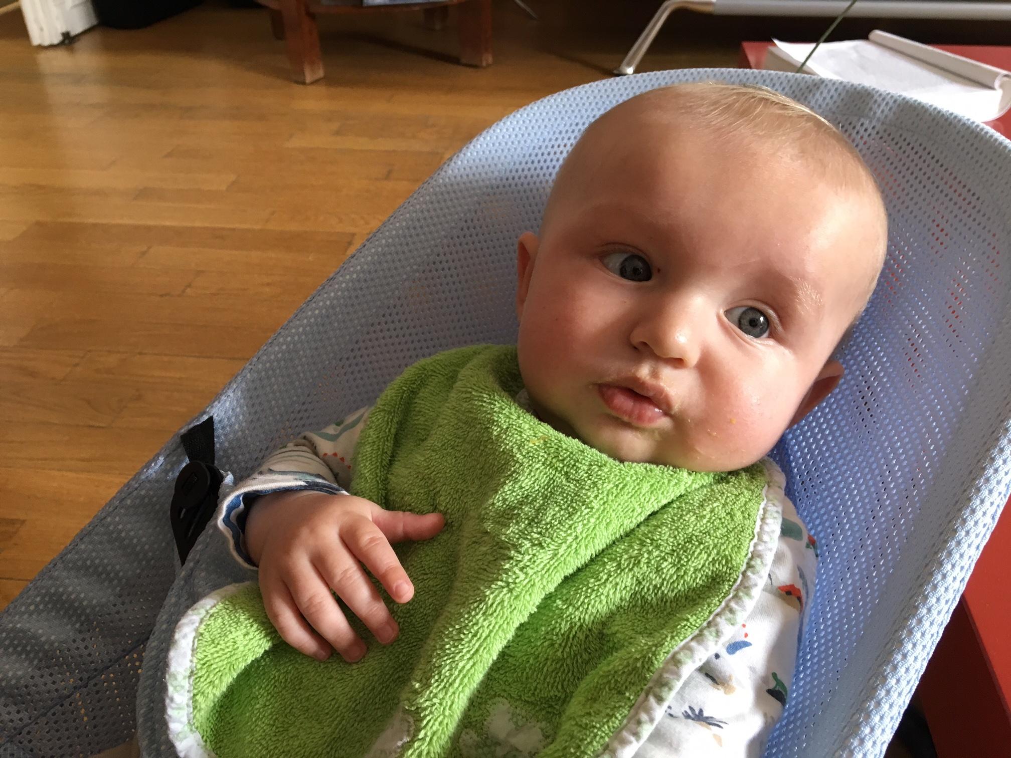 Bébé avec un bavoir