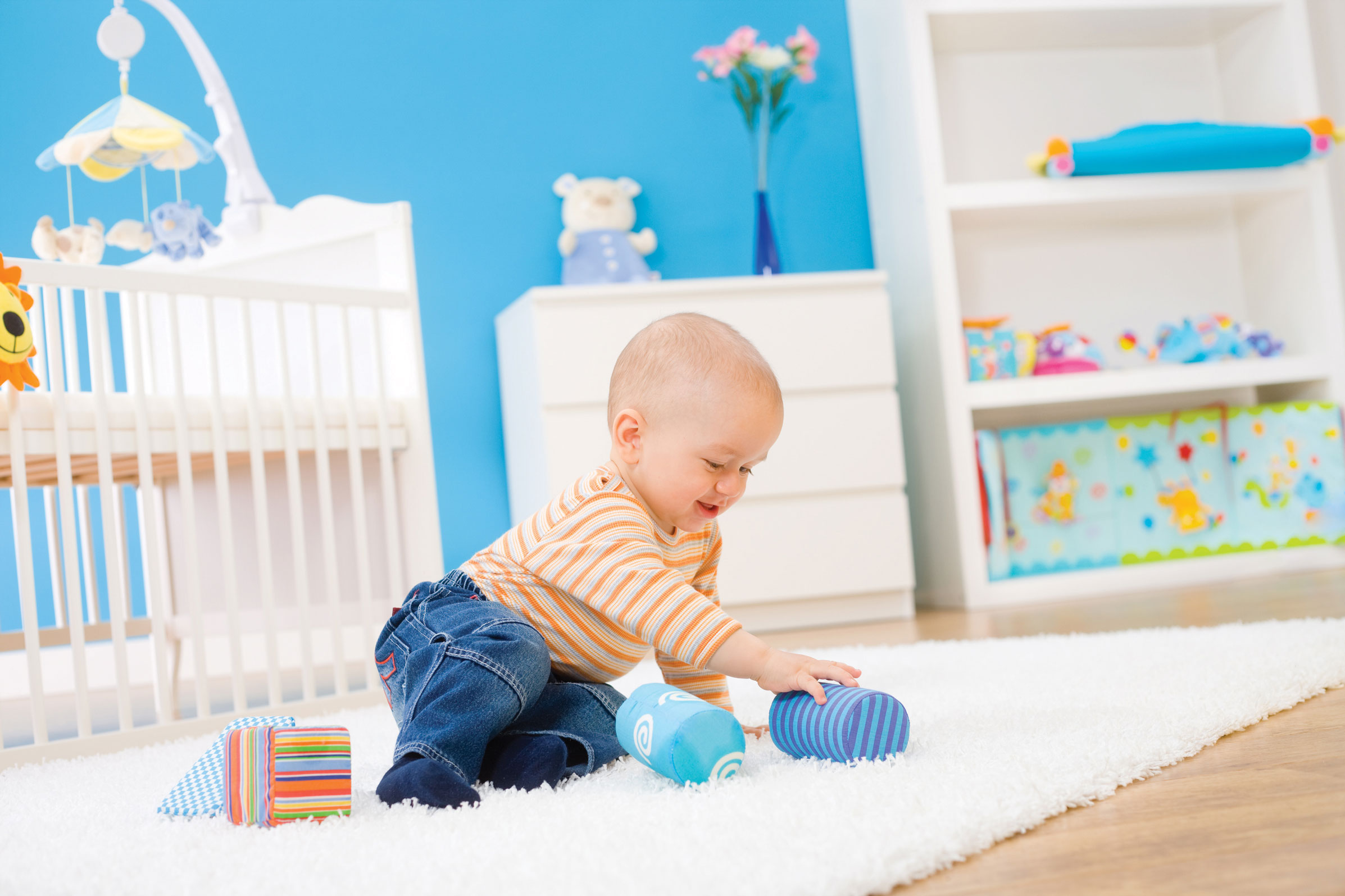 bébé qui joue dans sa chambre
