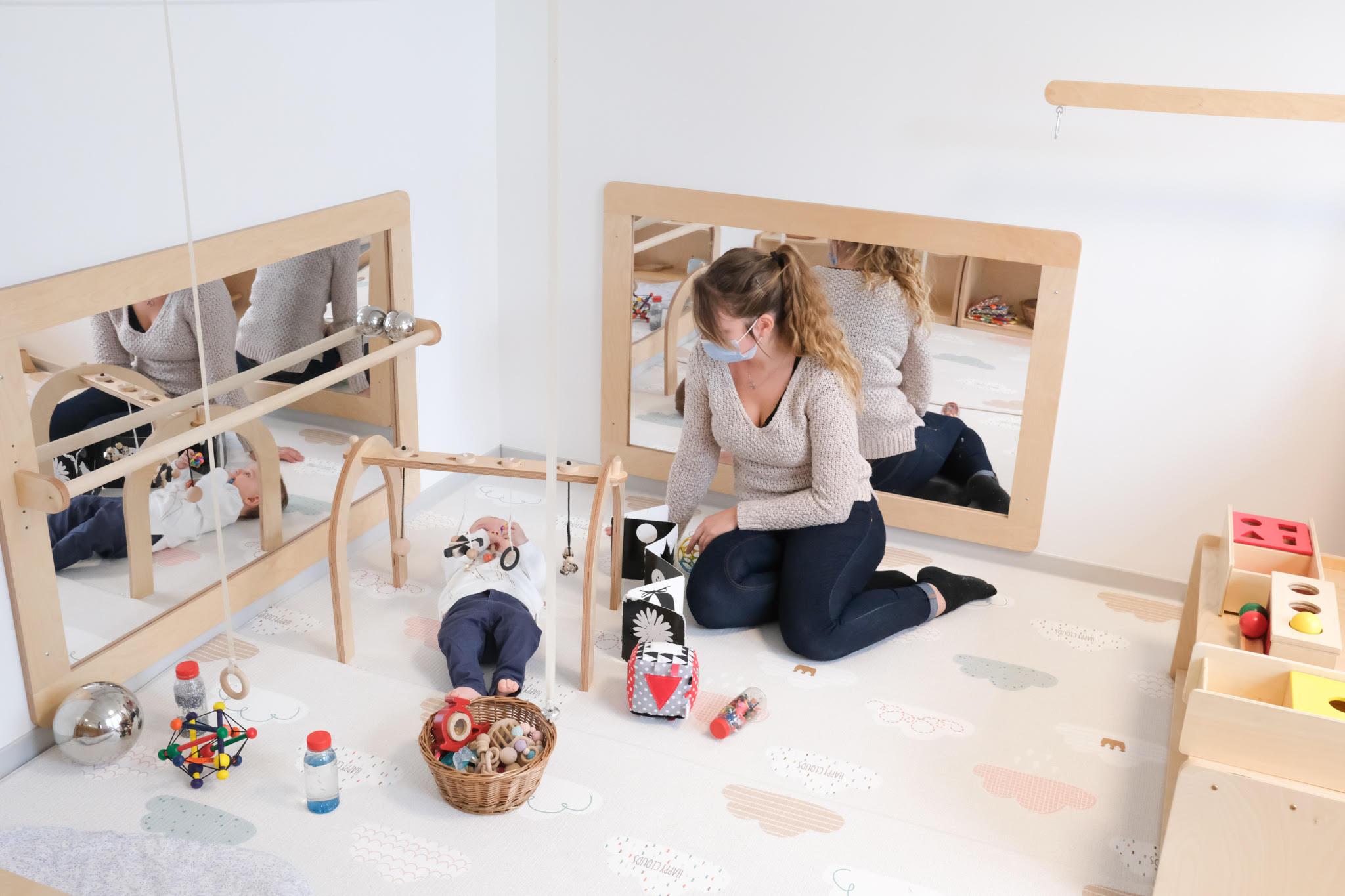 bébé avec professionnelle dans une crèche Montessori