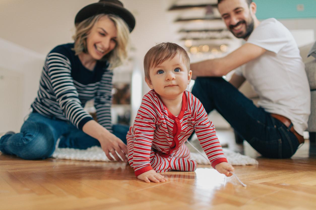 parents et bébé rampant