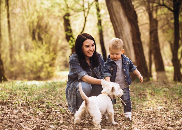 femme avec un enfant et un chien
