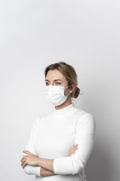 femme portant un masque chirugical