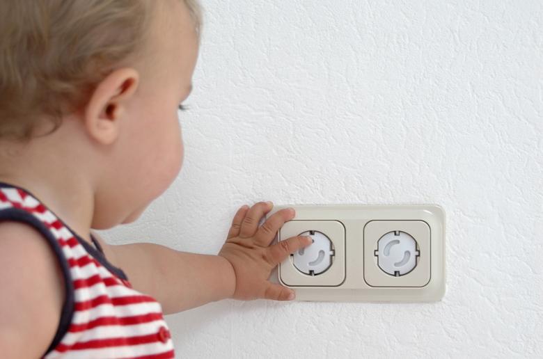 Bébé qui touche une prise électrique