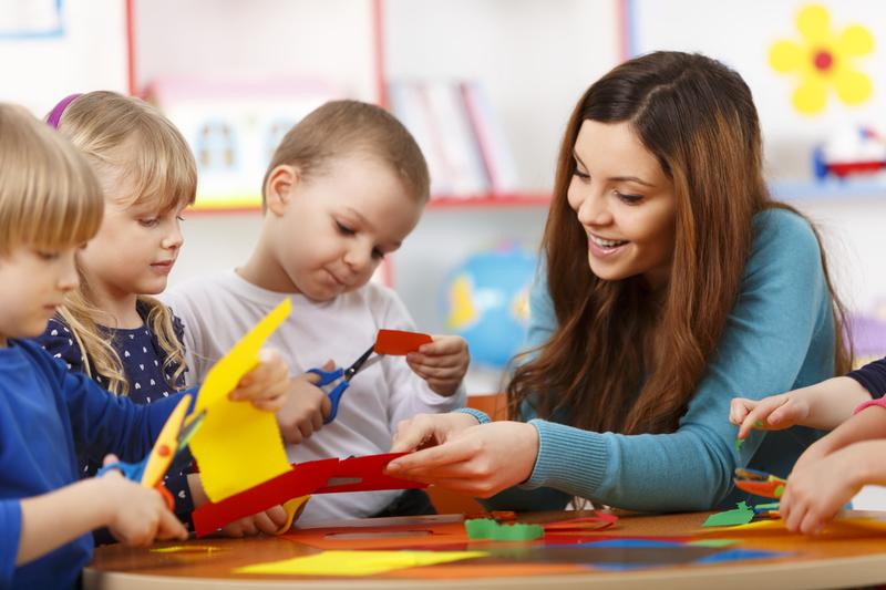 anfants et adulte à la maternelle