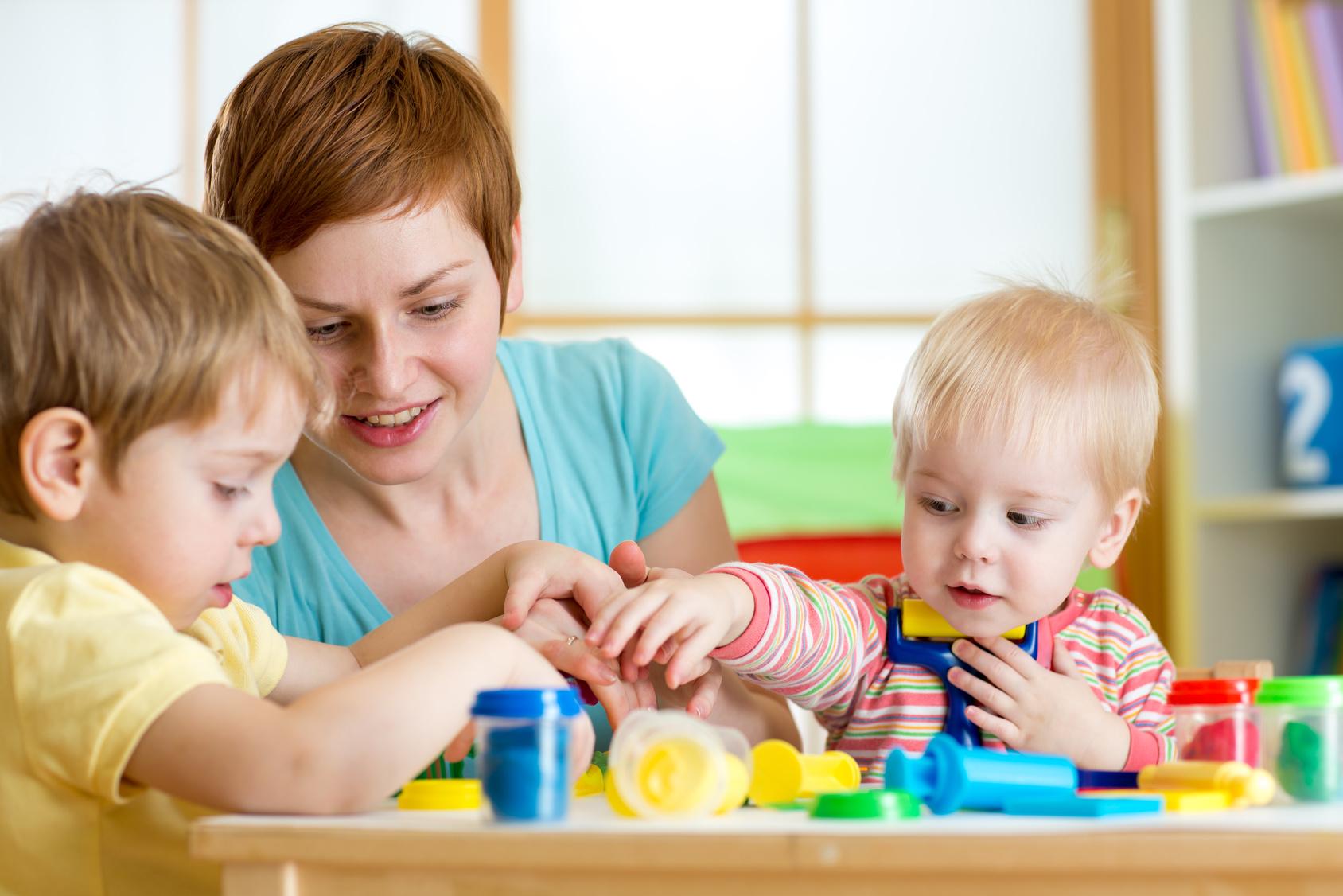 professionnelle avec enfants qui jouent