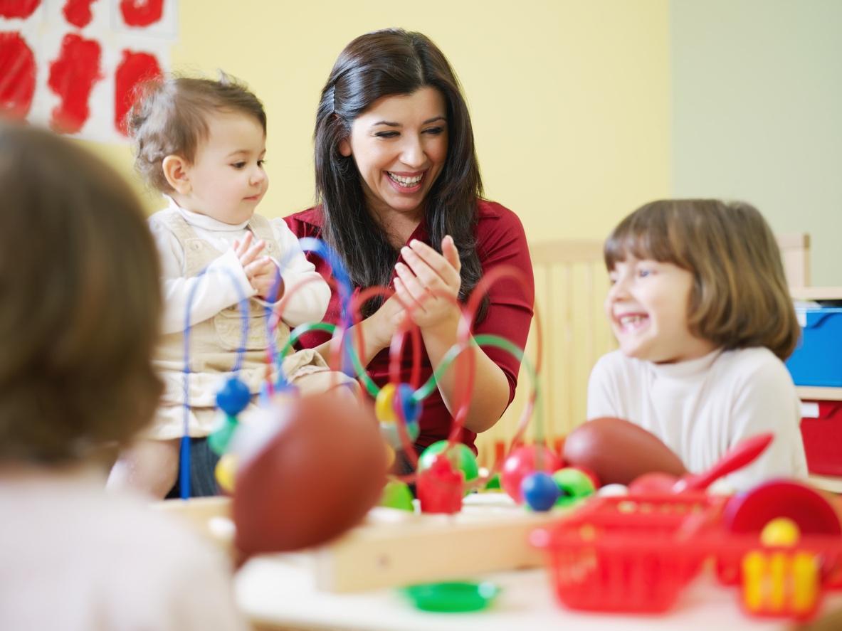 professionnelle et enfants en crèche