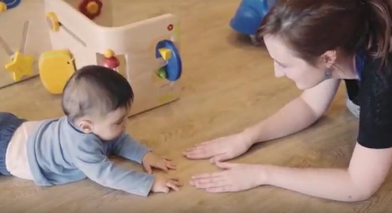 bébé qui rampe et pro
