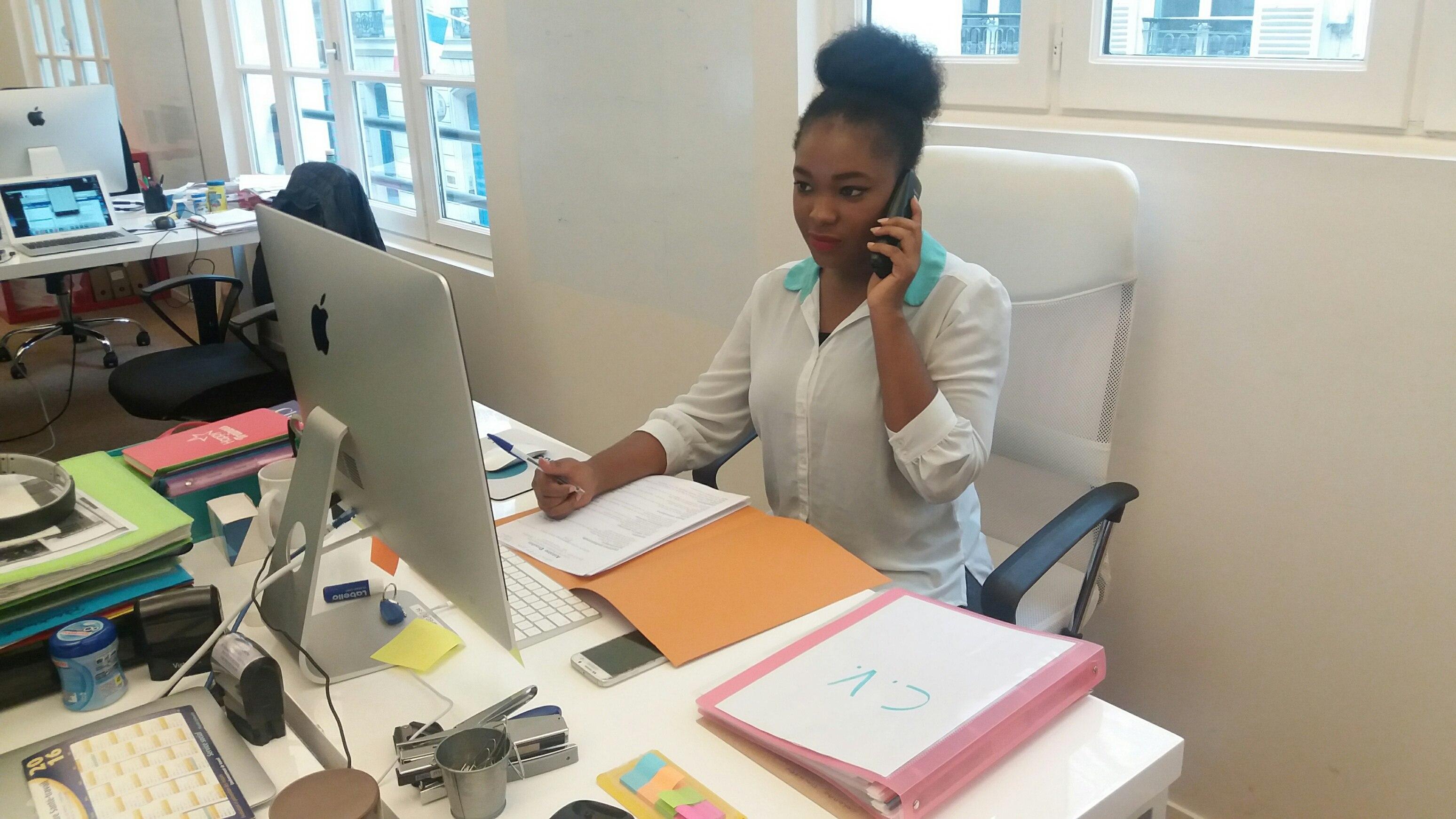 Femme dans un bureau avec des CV