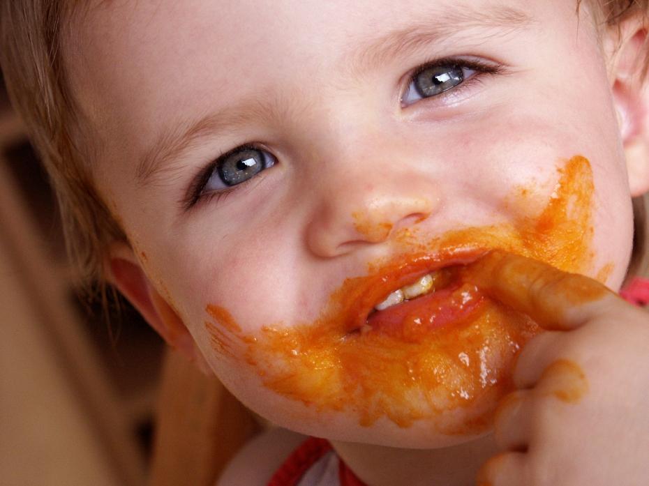 Enfant qui mange de la purée