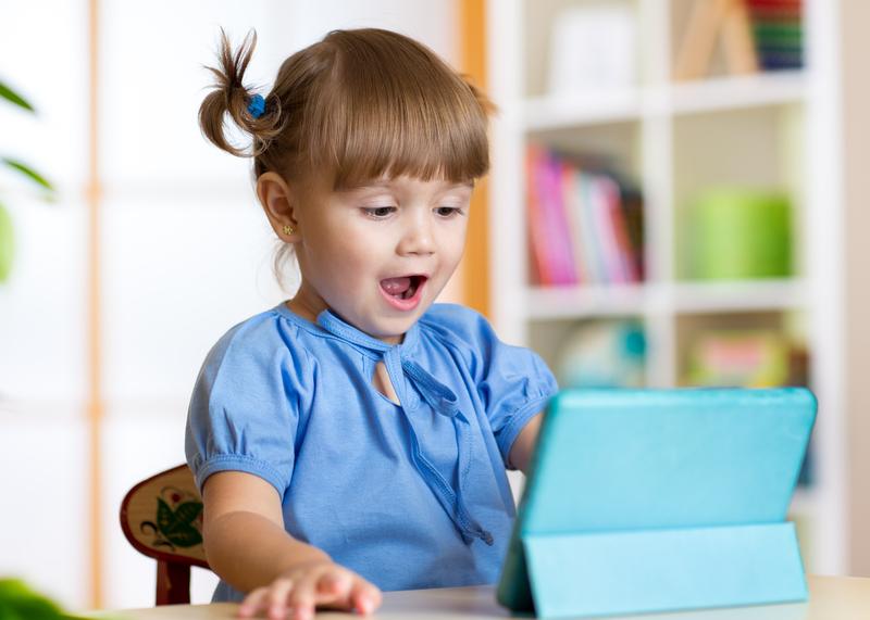 petite fille devant tablette