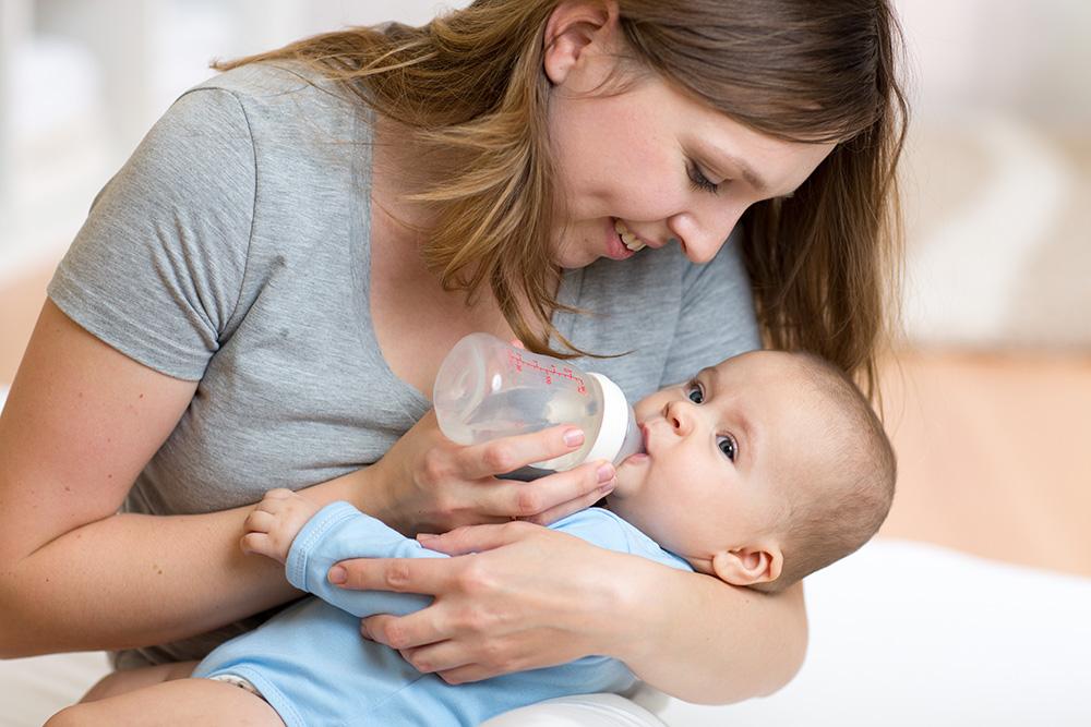 assistante maternelle avec un bébé