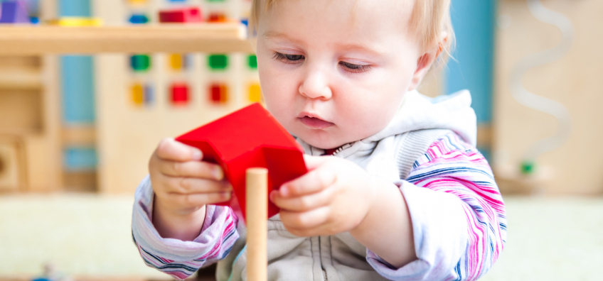 enfant avec un jouet Montessori