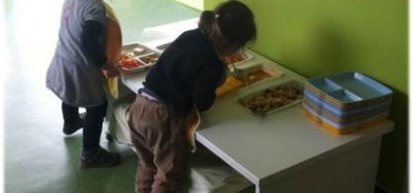 Enfants repas crèche