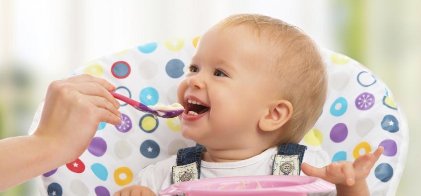 bébé qui mange de la purée