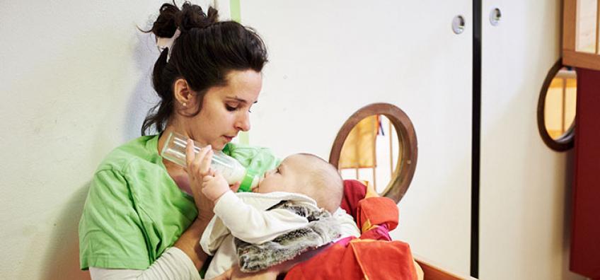 femme donne biberon bébé