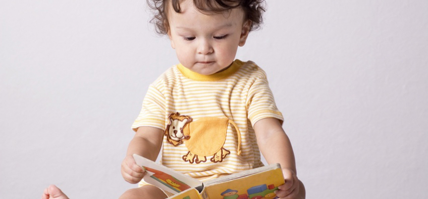 enfant avec un livre