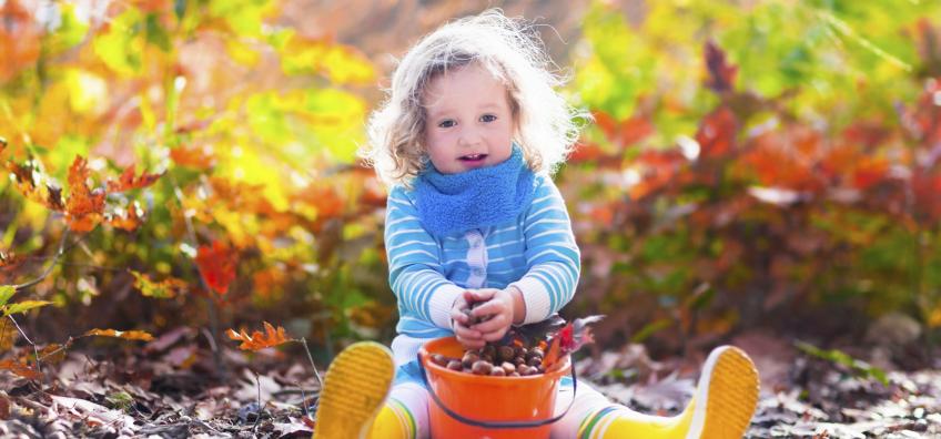 Enfant qui fait un atelier d'automne