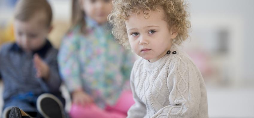 Enfant dans une crèche qui a des poux