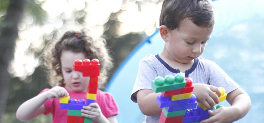 Fille et garçon qui jouent