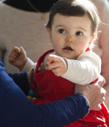 petite fille dans bras adulte