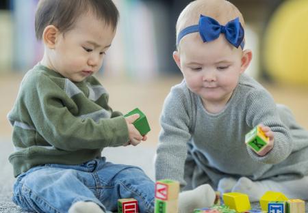 bébés qui jouent