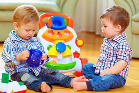 enfants jouant dans le lieu d