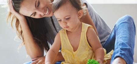 professionnelle de la petite enfance avec bébé