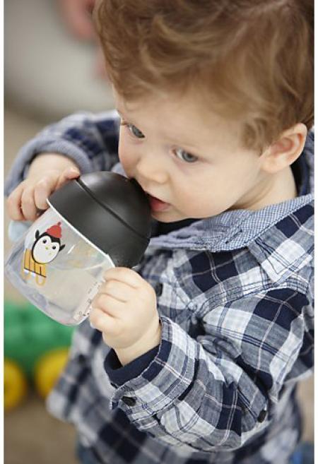 enfant boit au verre à bec