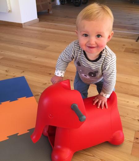 bébé joue avec porteur